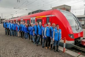 Mitarbeitende der Dortmunder Bahnhofsmission vor einem Zug