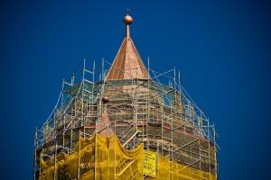 Kirchturmspitze mit Baugerüst