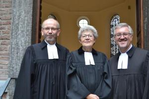 Präses Manfred Rekowski (links), Pfarrerin Angelika Weigt-Blätgen und Pfarrer Christian Heine-Göttelmann vor der Bergerkirche in Düsseldorf.
