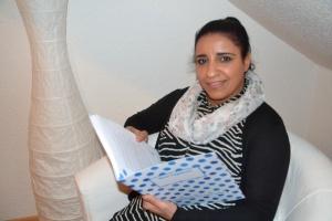 Mona mit dem Interkulturellen Tagebuch für Frauenhäuser in der Diakonie RWL
