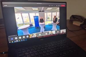 Ein Laptop, auf dessen Bildschirm die virtuelle Hauptversammlung zu sehen ist
