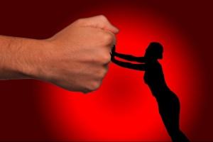 Schattenriss einer Frau stemmt sich gegen männliche Faust (Foto:pixabay.de)