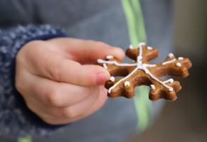 Kinderhand mit Stern aus Lebkuchen