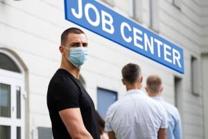 Schlange stehen beim Jobcenter in der Corona-Pandemie