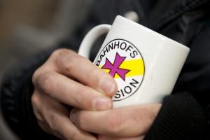 Bei einer Tasse Kaffee aufwärmen: In Corona-Zeiten bricht für viele Wohnungslose ein Stück Alltag weg.