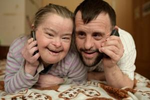 Paar mit geistiger Behinderung telefoniert (Foto: Shutterstock)