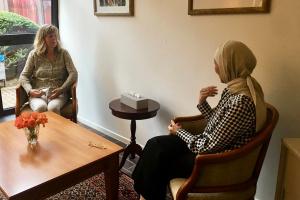 Unterstützung auf Augenhöhe: In diesem Raum beraten die beiden Mitarbeiterinnen Birgit Hasnain und Saida Tachrifet Menschen aus dem Viertel.