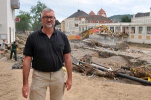 Diakonie RWL-Vorstand Christian Heine-Göttelmann vor Trümmern der Hochwasserkatastrophe in  Bad Neuenahr