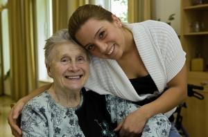 Pflegeschülerin mit alter Frau