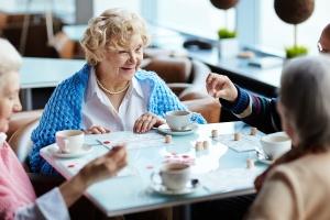 Senioren spielen in einem Altenheim Bingo