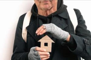 Wohnungsloser mit Papphaus in den Händen (pixabay.de)
