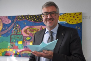 Diakonie RWL-Vorstand Christian Heine-Göttelmann mit Papierschiffchen als Symbol der Seenotrettung