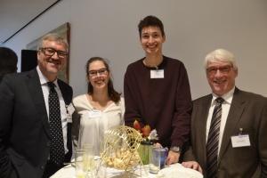 Diakonie-RWL-Vorstand Christian Heine-Göttelmann (links) und Thomas Oelkers (rechts) mit den beiden Freiwilligen Maike Neuhaus und Leonard Kröner.