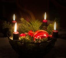 Vierter Advent: Vier Kerzen brennen auf dem Adventskranz.