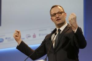 Bundesgesundheitsminister Jens Spahn mit geballten Fäusten