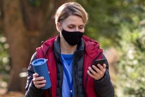 Pflegekraft unterwegs mit Smartphone (Foto: Shutterstock)