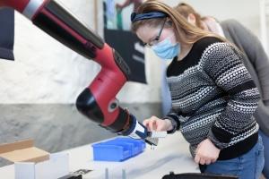 Mitarbeiterin mit Roboter der Iserlohner Werkstätten (Foto: Ludwig/Iserlohner Werkstätten)