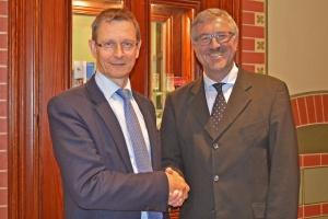 Übergabe: Christian Heine-Göttelmann (rechts) wünscht Frank Johanes Hensel viel Erfolg für den Vorsitz der Freien Wohlfahrtspflege NRW 2020 und 2021.