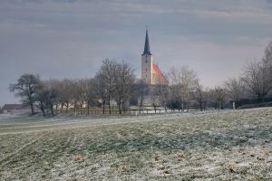 Landschaft mit Kirche im Winter