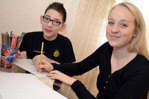 Leonie vom Familienunterstützenden Dienst der Diakonie Ruhr malt mit Ali (Foto: Diakonie Ruhr)
