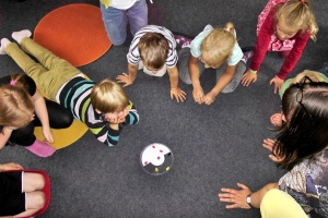 Kinder spielen auf einem Teppich (Foto: pixabay)