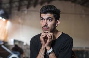 Flüchtling sitzt nachdenklich in einer Unterkunft (Foto: Shutterstock)