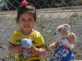 Mädchen mit Teddy im Flüchtlingsheim