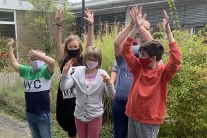 Schüler der Förderschulen der Stiftung Hephata freuen sich über den Schulbeginn - auch mit Maske (Foto: Stiftung Hephata)