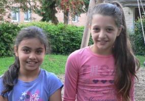 Portrait zwei Flüchtlingsmädchen auf Spielplatz