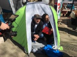 Zwe Männer in einem Zelt