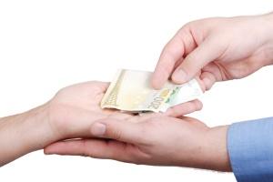 Auszahlung einer Geldspende (Foto: Shutterstock)