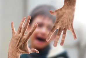 Männerhände bedrohen einen Jungen (Foto: pixabay)