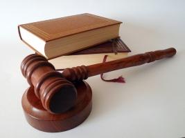 Gerichtshammer und Bücher auf einem Schreibtisch