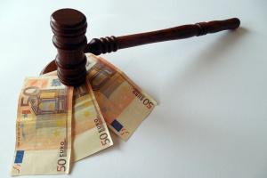 Gerichts-Hammer mit Geldscheinen