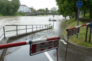Absperrung vor überfluteter Straße (Foto: pixabay)
