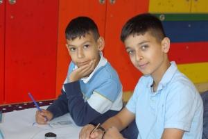 Selim und Yasin am Maltisch der Kindertrauergruppe