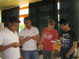 Die Net-Piloten Michael, Reduan, Erik und Anselmo (v.l.) schauen auf ihr Handy