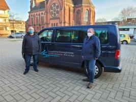 Impfhelfer des Kirchenkreises mit Fahrzeug in Essen (Foto: Michael Druen/Kirchenkreis Essen)