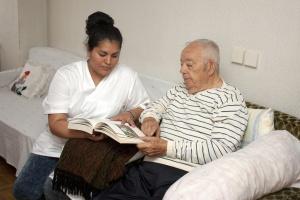 Pflegerin mit einem alten Mann