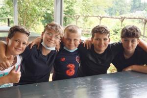 Fünf Jungen auf der Freizeit für Kinder aus Hochwassergebieten der Diakonie RWL