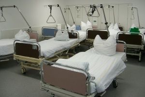 Leere Betten in einer Klinik