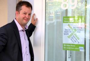 Dr. Dietmar Kehlbreier, Geschäftsführer der Diakonie in Recklinghausen, vor einem Plakat gegen Rechtspopulismus (Foto: Michael Wiese - Diakonisches Werk im Kirchenkreis Recklinghausen)