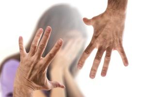 Männerhände und verzweifelte Frau im Hintergrund