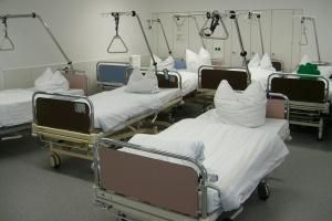 Blick in einen Raum mit Klinikbetten (Foto: pixabay)