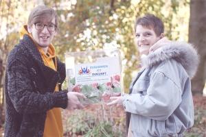 Die beiden Interviewer Philipp Fuchs und Zora Kiesow halten die Box hoch, in der die Fragen für die Gäste gesammelt werden.