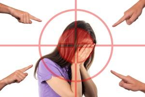 Scham - viele Finger zeigen auf eine Frau (Foto: pixabay)
