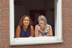 Sozialarbeiterinnen der Diakonie Michaelshoven schauen aus dem Fenster der Notunterkunft für Familien in Köln