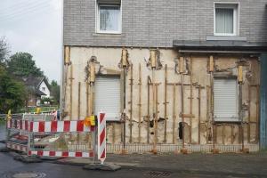 Zerstörte Fassade: In Swisttal-Heimerzheim sind die Folgen der Juli-Flut noch deutlich zu sehen. (Foto: Diakonie Katastrophenhilfe)
