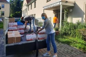 Gemeinsam anpacken: Die Freiwilligenzentrale Hagen koordiniert die Einsätze der Freiwilligen und Ehrenamtlichen wie hier das Zwischenlagern von Wasserspenden. (Foto: Freiwilligenzentrale Hagen)