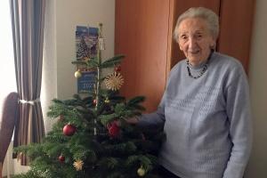 Seniorin Hanna Skrzype mit einer Weihnachtsbaumspende  (Foto: Judith Wittkop/Diakonie Stiftung Salem)